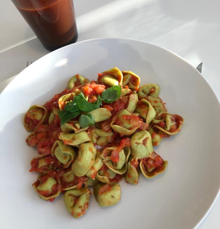 Färsk pasta med het tomatsås